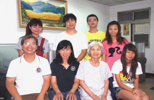 De hele familie werkt in de shop,  inclusief Oma