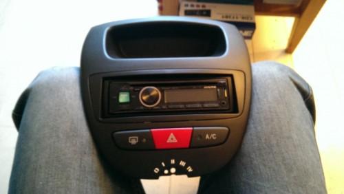 De nieuwe radio in de front plaat bevestigd inclusief 1din convert stuk